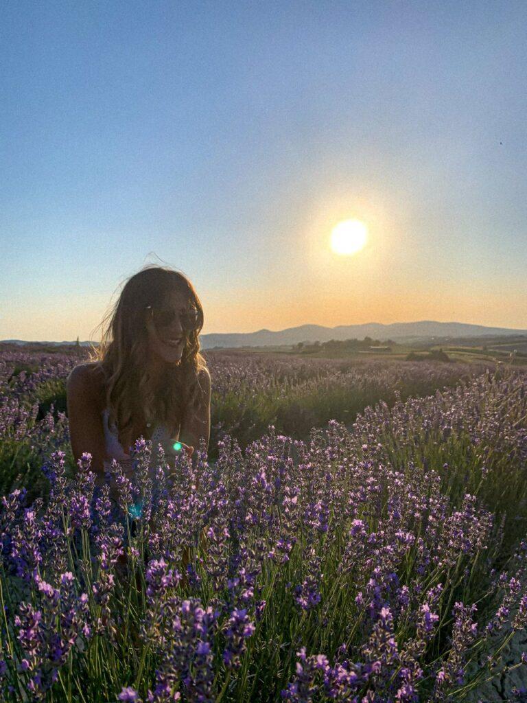 campi di lavanda in Toscana ragazza nella lavanda