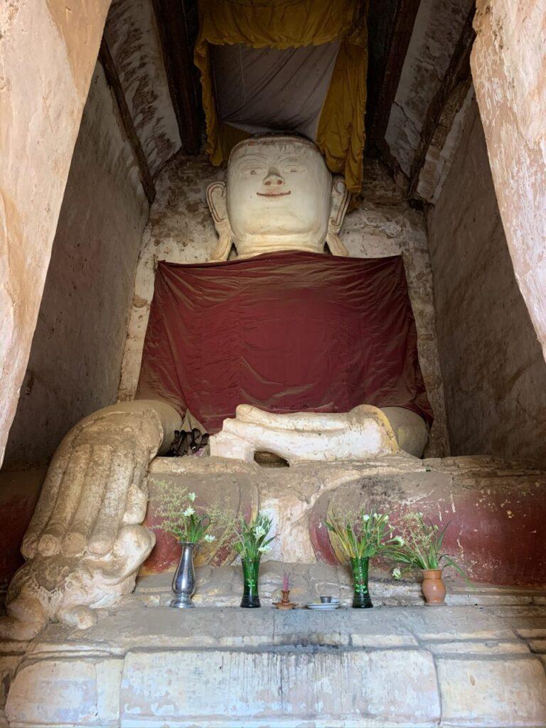 Viaggio in Myanmar Buddha dentro un templio