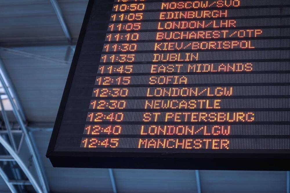 Green pass foto di cartello orari aerei