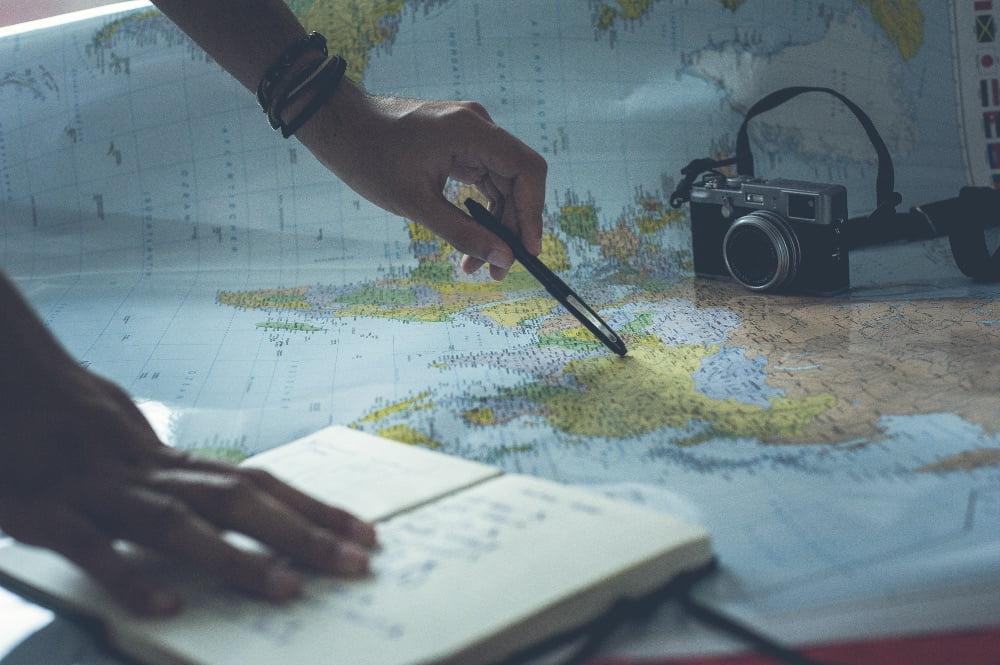 mano sopra una cartina che studiano il percorso