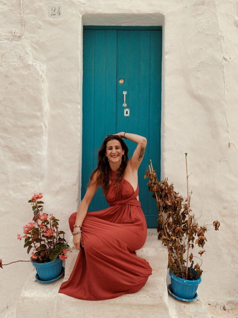 Ragazza seduta che sorride con un vestito rosso